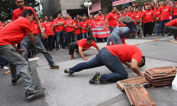 Baju Merah: Anti Bersih atau Undur Najib?