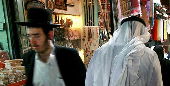 Wanita Muslim di Saumaah (Rumah Ibadat Yahudi)